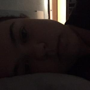 Dunkles Selfie im Bett
